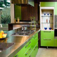 Столешница из нержавеющей стали и зеленые фасады кухонного гарнитура