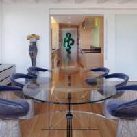 Стеклянный стол в современной гостиной