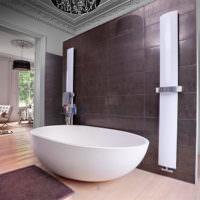 Белая ванна на фоне коричневой стены