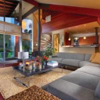 Яркие цвета в интерьере гостиной частного дома