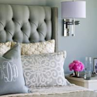 Красивые подушки на кровати в спальне