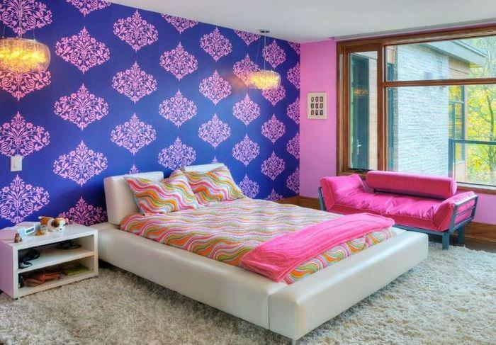 Яркое сочетание обоев в женской спальне