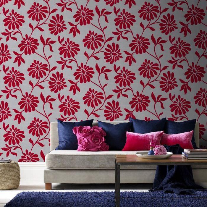 Контрастное сочетание обоев с цветочками с текстилем в гостиной