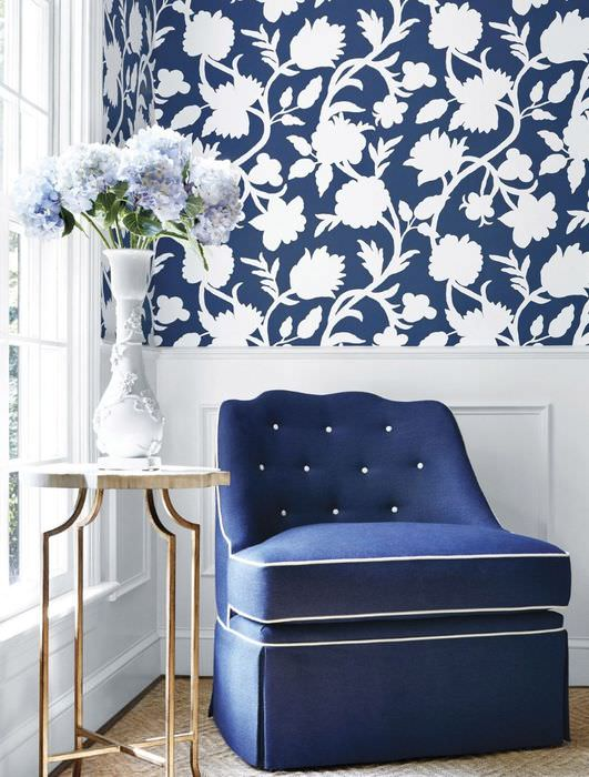 Сине-белые обои в крупный цветочек в интерьере гостиной