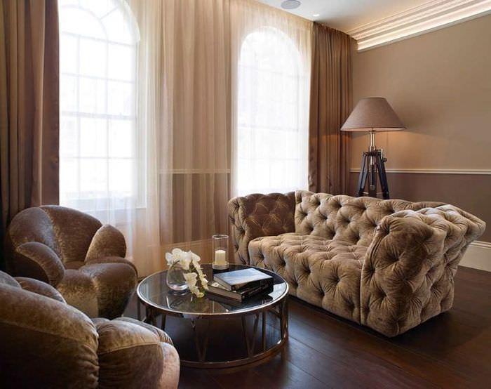 Мягкая мебель с коричневой обивкой в интерьере современной гостиной