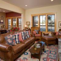 Гостиная загородного дома с коричневой мягкой мебелью