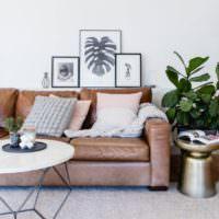 Светлые подушки на коричневом диване