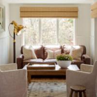 Кресла с кремовой обивкой в гостиной частного дома