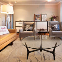 Светлая обивка коричневого дивана
