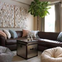 Яркие подушки на угловом диване