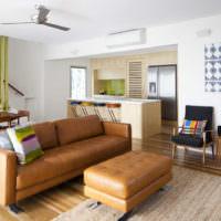 Коричневая мебель в светлой гостиной