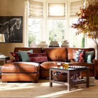 Бежевый ковер перед коричневым диваном