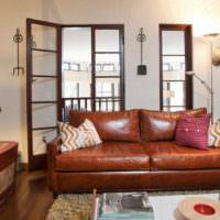 Светильники в гостиной с коричневым диваном