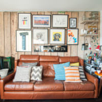 Декорирование стены над диваном с помощью картин