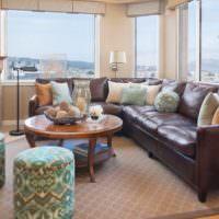 Коричневый диван в интерьере городской квартиры
