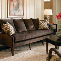 Светильники с белыми абажурами по краям коричневого дивана