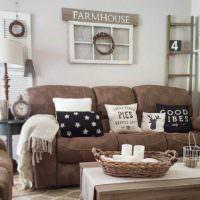Гостиная в американском стиле с коричневым диваном