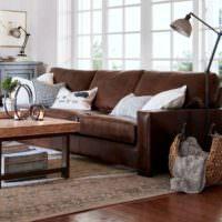 Панорамные окна за диваном в гостиной
