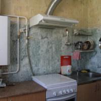 Открытое размещение газовой колонки на кухне старого дома