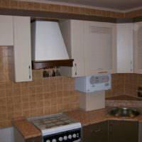 Частично закрытый газовый котел в интерьере кухни
