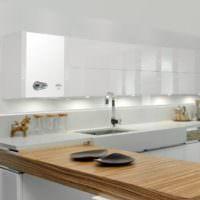 Интерьер белой кухни с газовой колонкой