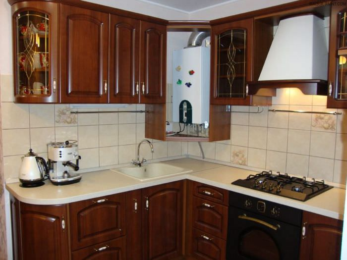 Размещение газового котла в углу стен внутри кухонного гарнитура