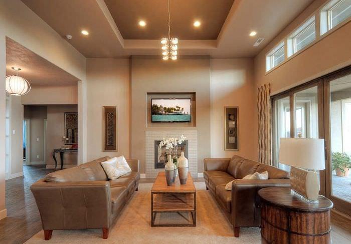 Гармоничный интерьер зала с двухуровневым потолком