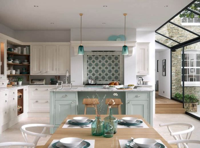 Красивая кухня с хорошим освещением в частном доме