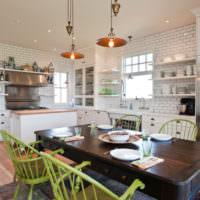 Зеленые стулья в белой кухне-гостиной