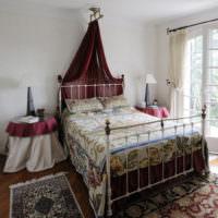 Металлическая кровать в спальне дачного домика