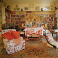 Гостиная-библиотека с яркими креслами
