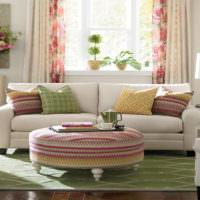 Белый диван в гостиной с розовым декором