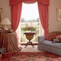 Оформление дверного проема розовыми шторами
