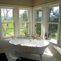 Ванна ред окнами в частном доме
