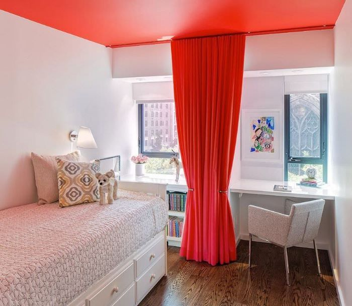 Красная штора в интерьере белой комнаты для девочки подростка