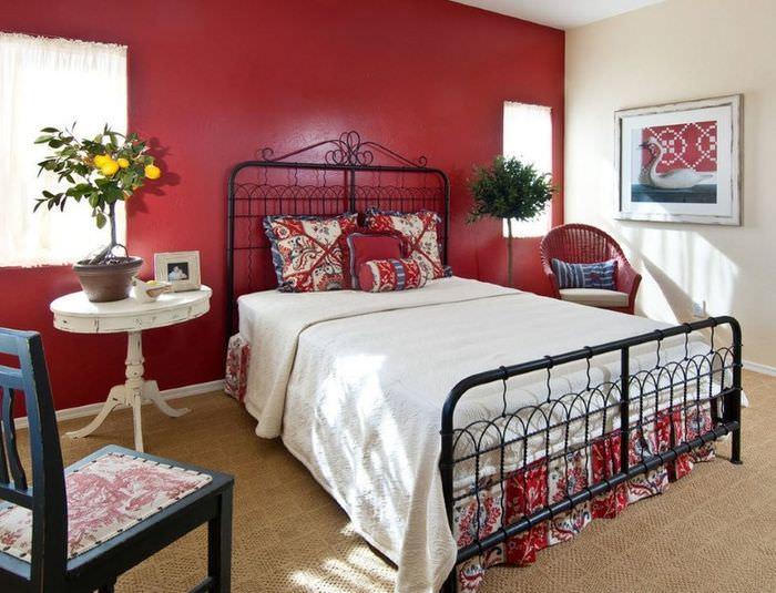 Сочетание белого постельного белья с красной стеной в спальне