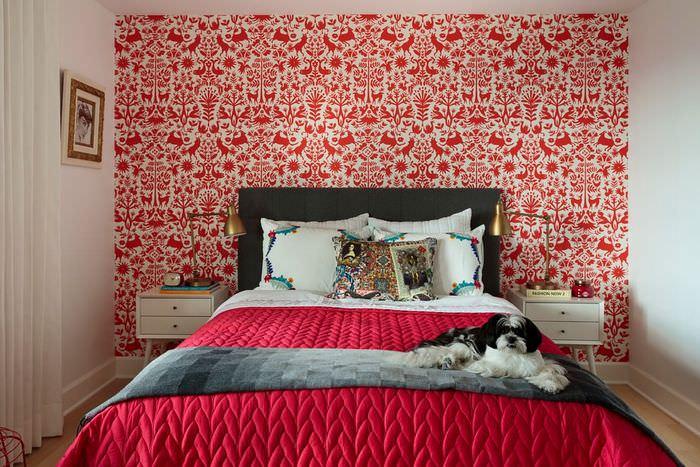 Оформление спального помещения красными обоями