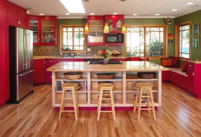 Интерьер кухни загородного дома в красно-зеленом цвете