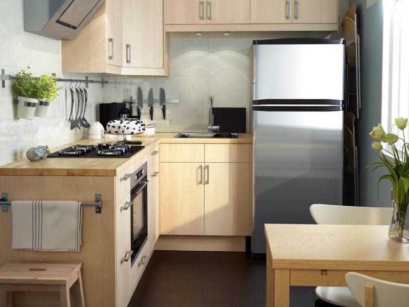 Двухкамерный холодильник в интерьере кухни