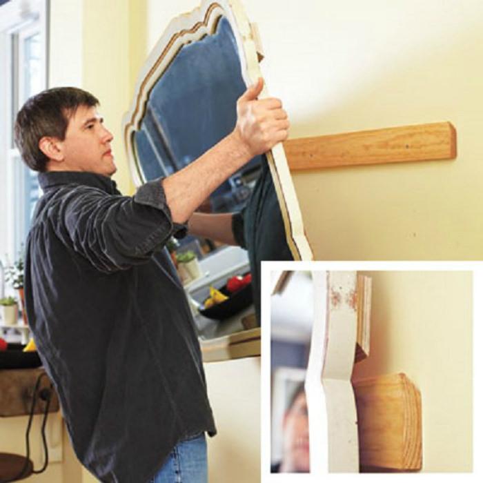 Закрепление зеркала на стене с помощью реек со скошенными торцами