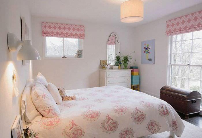 Покрывало с розовыми узорами на постели девочки подростка
