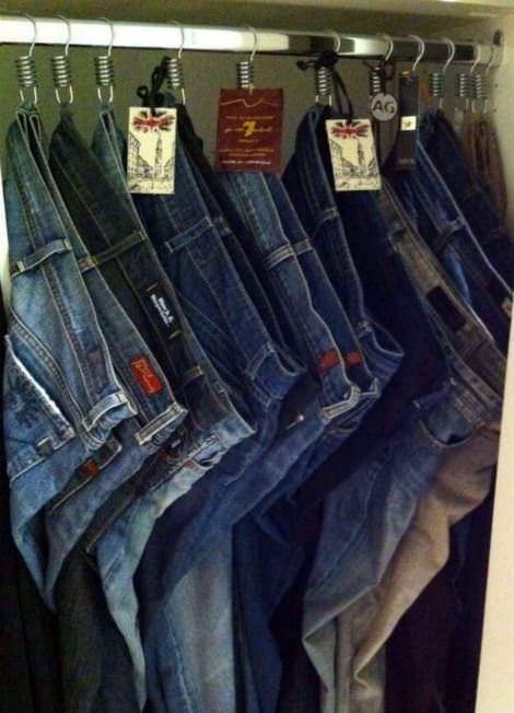 Крючки от душа в роли вешалок для джинсов