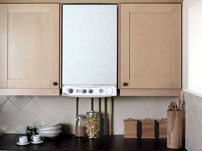 Сочетание белого газового котла с кремовыми фасадами кухонного гарнитура