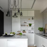 Небольшая кухня с белыми фасадами
