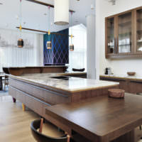 Мраморная столешница в рабочей зоне кухни
