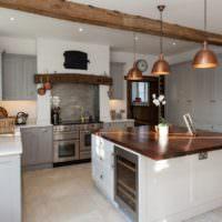 Светильники с медными плафонами в интерьере кухни