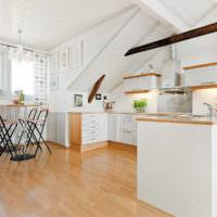 Просторная кухня в мансардном помещении