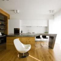 Панорамные окна в просторной кухне частного дома