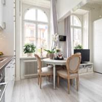 Круглый столик для завтраков на кухне в стиле прованс