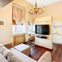 Телевизор на перегородке между кухней и гостиной